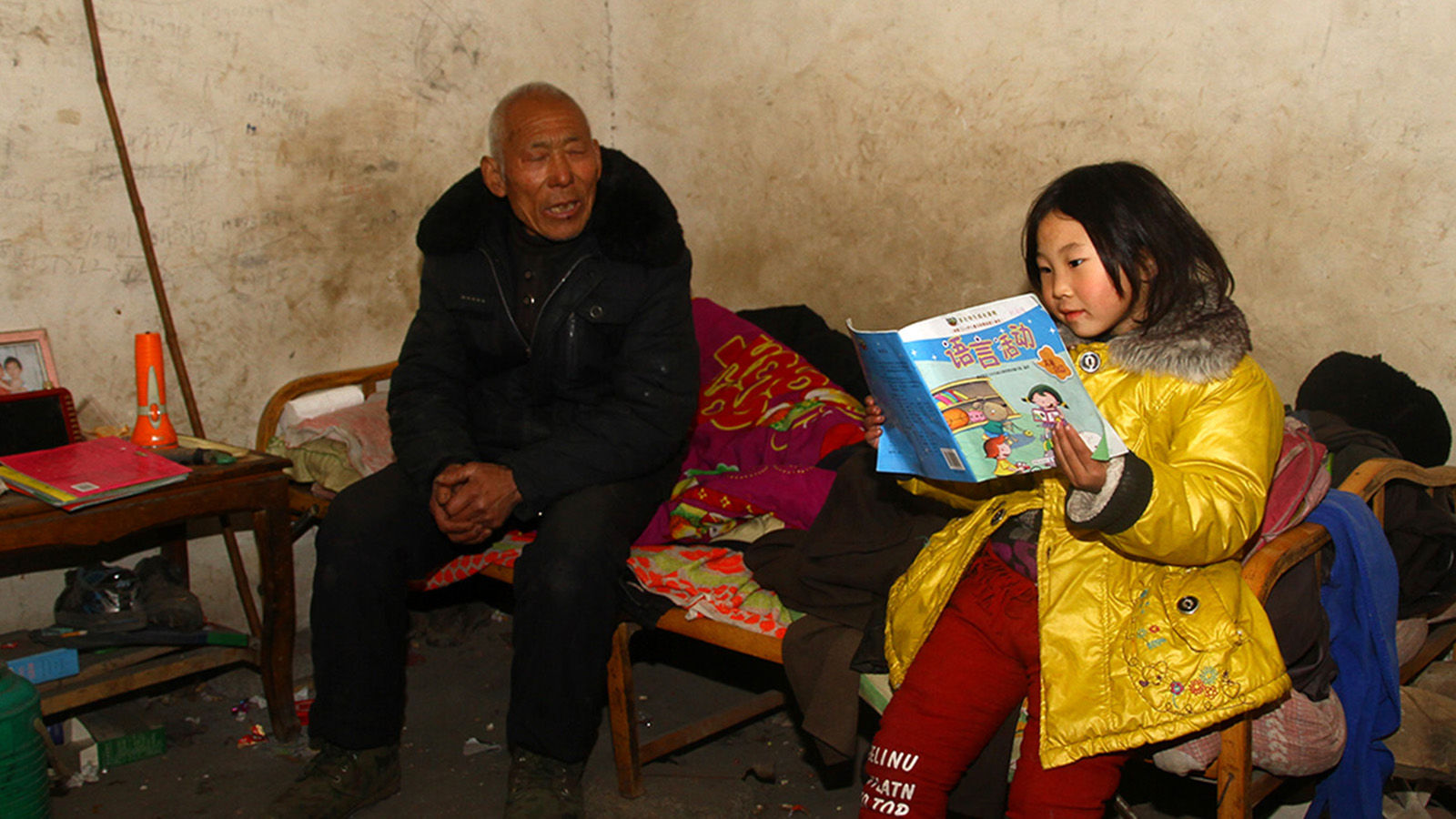 Before dinner, Yutong practiced reading aloud to her grandpa. Illiterate, just like Grandma, Grandpa is always an enthusiastic audience.