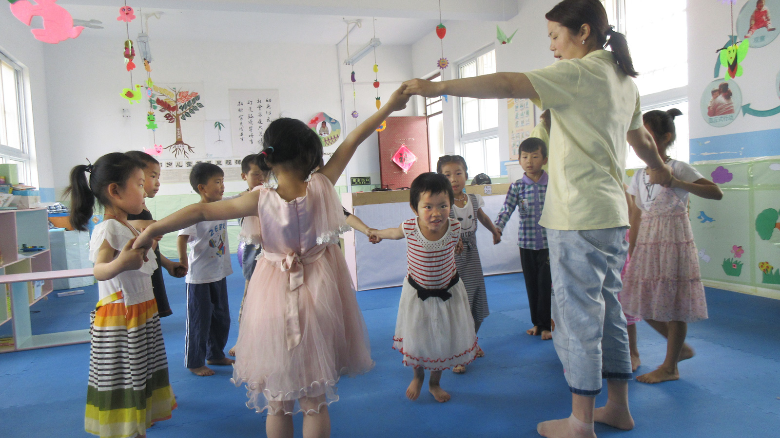 Zhenzhen leads the circle during class